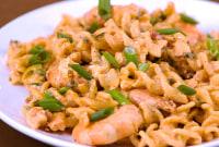 How to Make Pasta with Shrimp in Tomato Cream