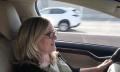 Video: Nancy Cartwright (Bart Simpson) fährt Tesla Model X