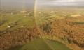 Video: Drohne filmt kreisrunden Regenbogen