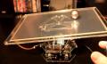 Video: Metallkugel balanciert auf bewegter Platte, auch wenn geschubst wird