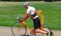 Im Fahrradrahmen hängend strampelt man dynamischer (Video)