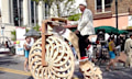 Boneshaker: Hochrad mit vielfüßigem Krabbelmechanismus statt Hinterrad (Video)