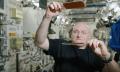 Astronaut Scott Kelly spielt Pingpong mit Wassertropfen