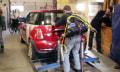 Bastler mit selbstgebautem Exoskelett stemmt Kleinwagen (Video)