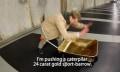 Goldenboy: Schubkarren-Nerd zeigt Skateboard-Stunts mit der goldenen Schubkarre
