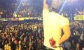 Enrique Iglesias se corta la mano con un drone en pleno concierto (video)