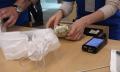 El día que las colas del iPhone se convirtieron en un (sucio) negocio