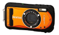 Pentax viste de naranja su Optio W90 con su modelo Shiny Orange