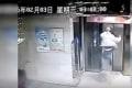 エレベーターに乗り遅れて怒りの飛び蹴りを見舞った男→イタすぎる結末に...【動画】