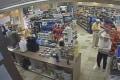 コンビニの防犯カメラが捉えた「衝撃映像(?)」がネット上で話題に【動画】