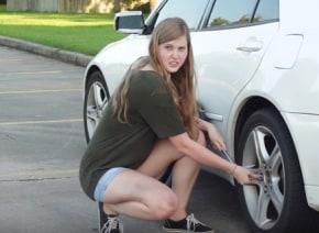 カワイイ女子が車のタイヤ交換をレクチャーするバカ動画が「面白い!」と話題に