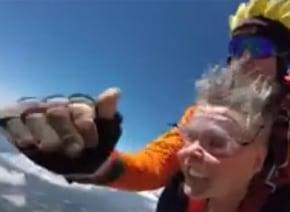スカイダイビングでおばあちゃんの入れ歯がフライアウェイ! しかもインストラクターの顔を直撃www【動画】