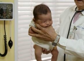 オニギリかよ!お医者さんが伝授する「赤ちゃんを泣きやませるコツ」がスゴい【動画】