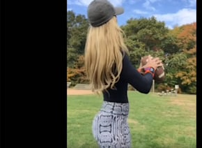 ブロンド美人ママモデルが披露したアメフトのスローイングが「セクシーすぎる」と話題に【動画】