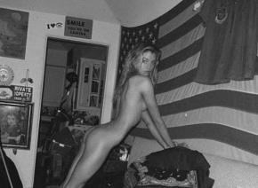 マイリー・サイラスの元カノが公開した「ギリギリ全裸写真」がセクシーすぎると話題に