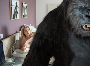 大女優カトリーヌ・ドヌーヴと恋に落ちる難役を見事に演じきったゴリラに直撃!「多くの要求をされたが、豊かな経験だった」【動画】