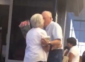 見習いたい微笑ましさ!花を持って妻を迎えに来たおじいちゃんがロマンチックすぎる【動画】