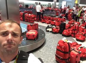 リオから帰国したイングランド代表選手に待ち受けていた試練が気の毒すぎる・・・全員赤いバックで空港で大パニックに