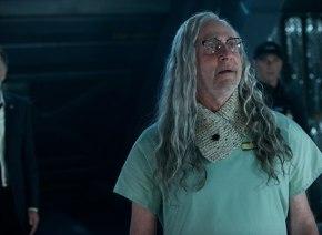 20年間昏睡中だったあの変人科学者が突然目を覚まして驚きの行動に! 『インデペンデンス・デイ』最新作よりオーキン博士の特別映像入手