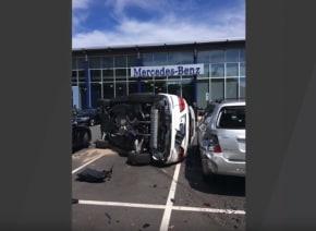 メルセデス・ベンツのディーラーで新車SUVを試乗していた女性、急にアクセルを踏み込み大変なことに・・・