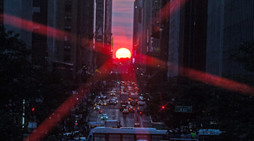 New Yorkers capture warm glow of 'Manhattanhenge'