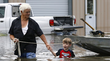 La. flooding: Volunteers descend on stricken state