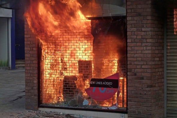 Riots in London - Page 3 N0295531312921427553A