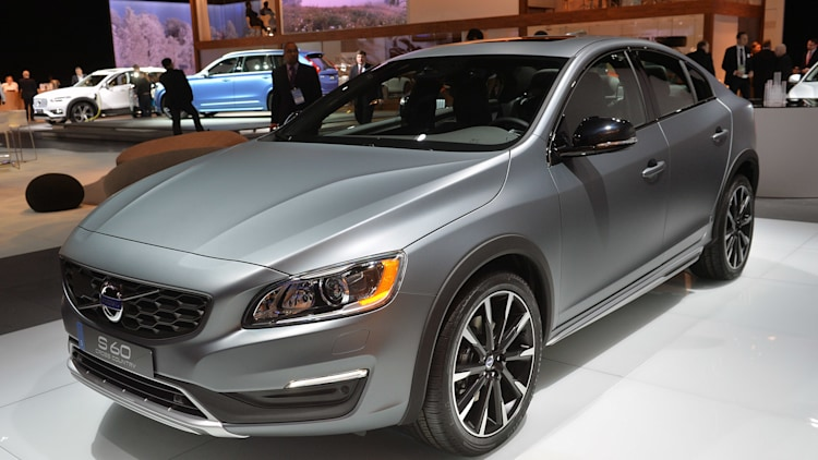 2015 Volvo S60 Cross Country lifts itself up in Detroit - Autoblog