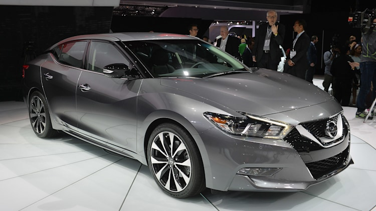 2016 nissan maxima offers 300 hp and 30 mpg for 32 410 w video autoblog. Black Bedroom Furniture Sets. Home Design Ideas