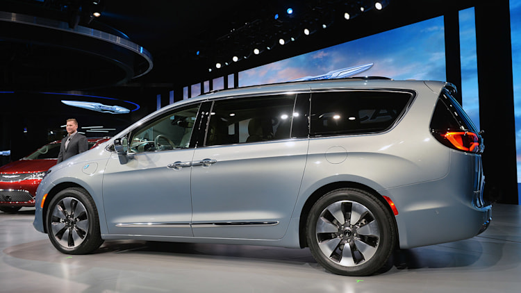 2017 chrysler pacifica hybrid electrifies the family hauler autoblog. Black Bedroom Furniture Sets. Home Design Ideas