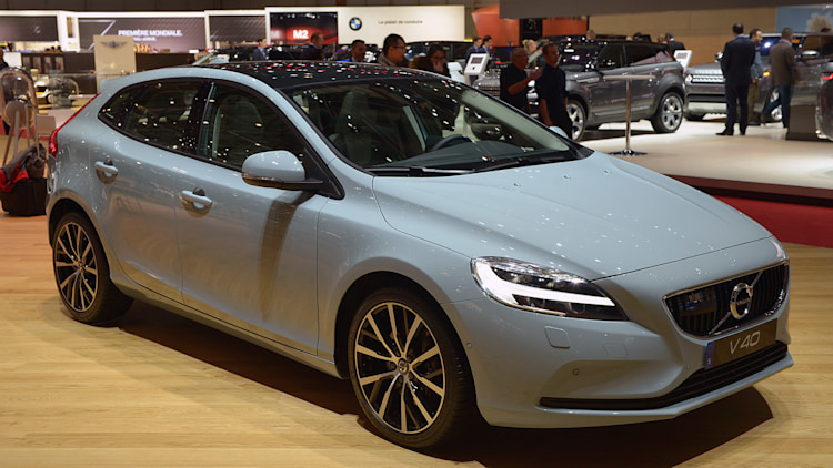 2017 volvo v40 hatches a fresher take on the small wagon autoblog. Black Bedroom Furniture Sets. Home Design Ideas