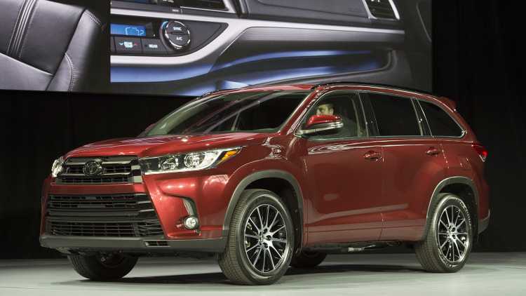 2017 toyota highlander shows updated face and powertrain autoblog. Black Bedroom Furniture Sets. Home Design Ideas