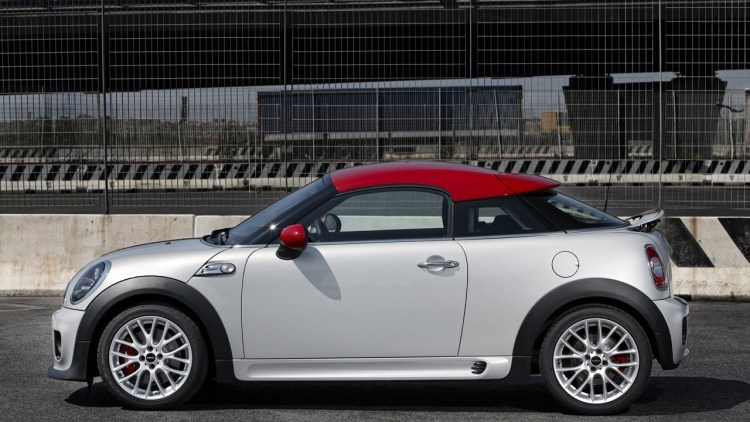 2012 mini cooper coupe gets up close and personal autoblog. Black Bedroom Furniture Sets. Home Design Ideas