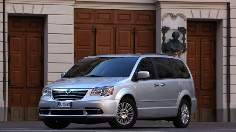 how do you say chrysler minivan in italian lancia voyager autoblog. Black Bedroom Furniture Sets. Home Design Ideas