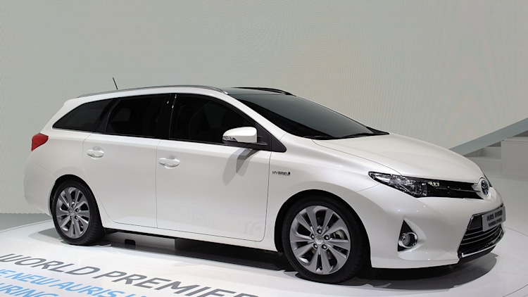2013 toyota auris hybrid is sharper and sleeker in new form w video autoblog. Black Bedroom Furniture Sets. Home Design Ideas