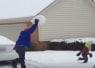 親父はしゃぎすぎだろ!雪遊びで幼い息子に全力で雪球を当てる父親が大人気なさすぎるwww【動画】