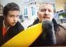 生中継中なのに謎のバナナでちょっかいをかけまくる男→ブチ切れたレポーターが衝撃のリベンジwww【動画】