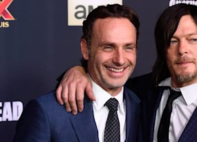 see norman reedus prank sweaty sparkly andrew lincoln on walking dead set