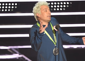 jimmy fallon mocks ryan lochte at vmas and amp michael phelps eats it up