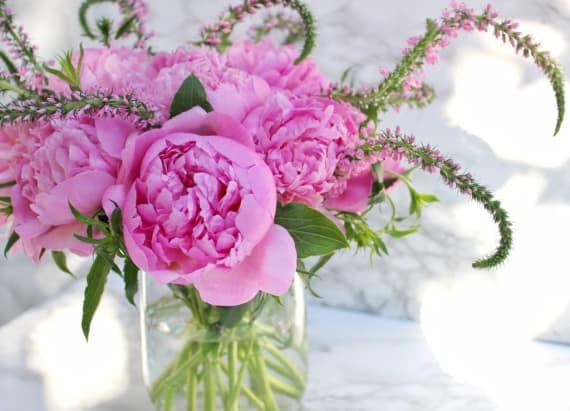 How to arrange a modern floral arranfement