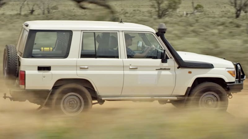 Toyota Land Cruisers provide emergency signal in Outback