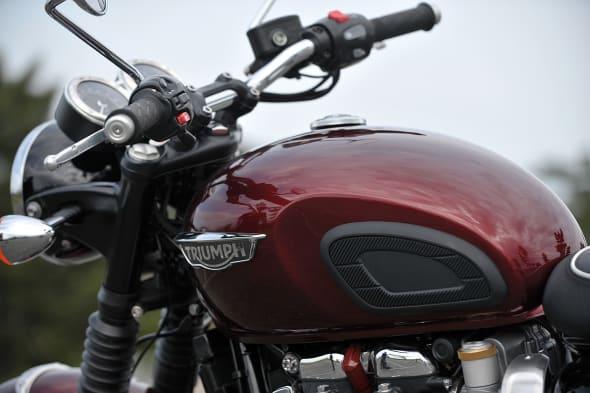 VOLVO XC90 × Triumph Bonneville T120