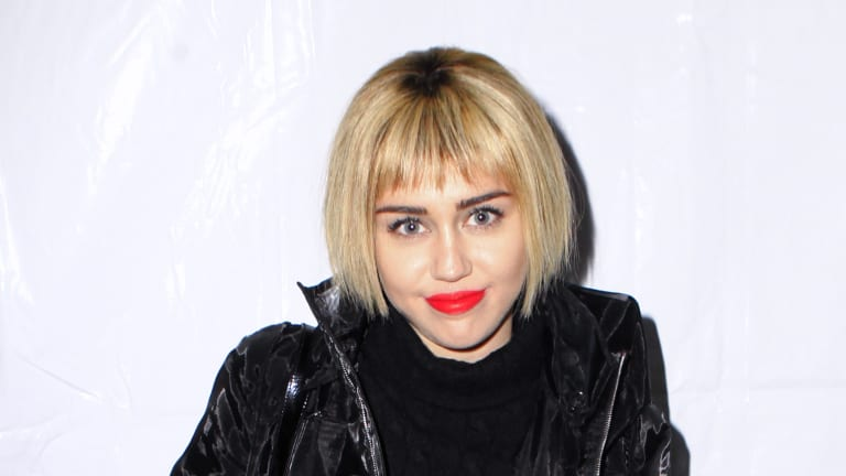 Miley Cyrus debuts short bob