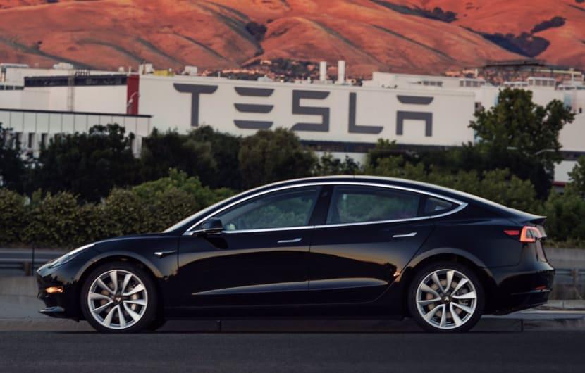 Elon Musk zeigt ersten verkaufsfertigen Tesla Model 3