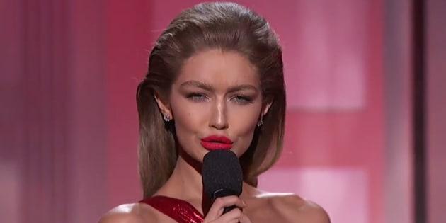 AMAs: Gigi Hadid se moque de Melania Trump en l'imitant