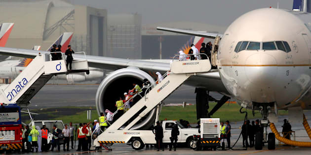 Erik de Castro  Reuters                       Des passagers débarquent d'un avion de la compagnie Saudi Arabia Airlines aux Philippines