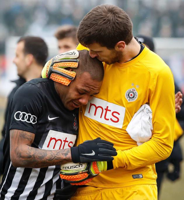 Futbolista brasileño llora tras cánticos racistas en Serbia