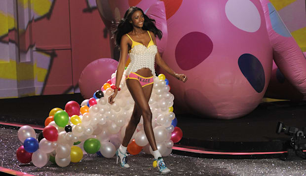 Victoria's Secret model Lyndsey Scott du