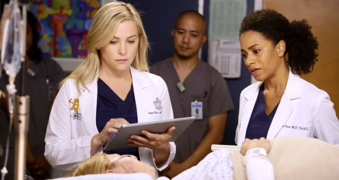 """GREY'S ANATOMY - """"Jukebox Hero"""" - Richard and the attendings set out to make Eliza's first day at Grey Sloan a bumpy one. Meanwhile, Meredith tries to track down Alex, on """"Grey's Anatomy,"""" THURSDAY, FEBRUARY 2 (8:00-9:01 p.m. EST), on the ABC Television Network. (ABC/Nicole Wilder)JESSICA CAPSHAW, KELLY MCCREARY"""
