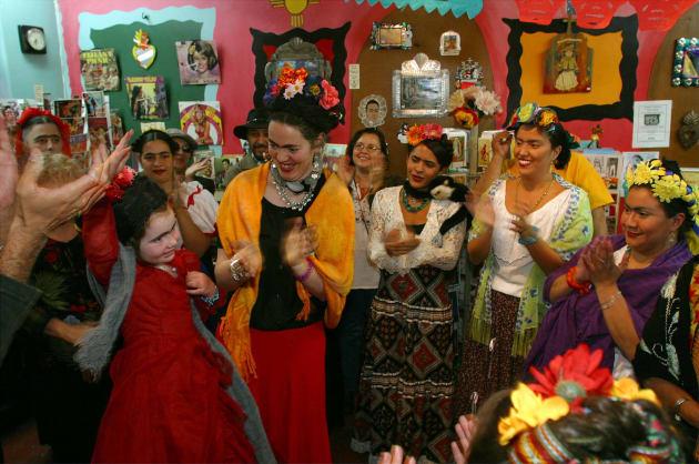 La niña Ruby Alford y su madre, Mary Rafferty, son aplaudidas luego de ganar el concurso de dobles de Frida Kahlo, celebrado en Albuquerque, EU, el 2 de noviembre de 2002. PHILLIPPE DIEDERICH/ GETTY IMAGES